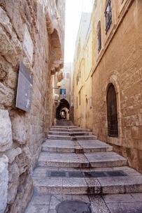 イスラエル,エルサレムのユダヤ教地区の路地の写真素材 [FYI01747385]