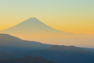 八ヶ岳牧場より朝焼けの富士山の写真素材 [FYI01747420]
