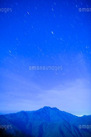 霊峰石鎚山と満天の星の写真素材 [FYI01747460]