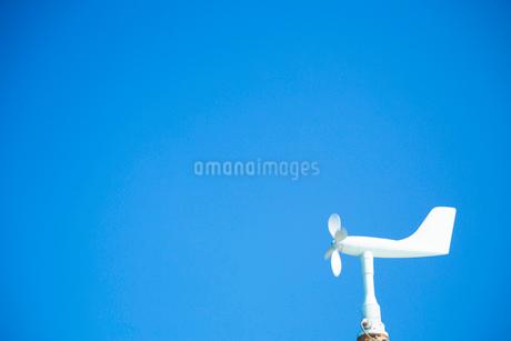 青空と風速風向計の写真素材 [FYI01747482]