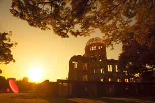 夕日と原爆ドームの写真素材 [FYI01747589]