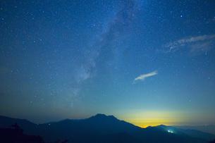 星空の石鎚山の写真素材 [FYI01747651]