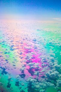虹色に輝く海と雲の写真素材 [FYI01747718]