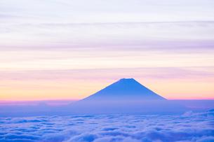 高ボッチ高原より雲海と朝焼けの富士山の写真素材 [FYI01747838]