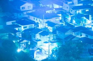 住宅地の夜景の写真素材 [FYI01747895]