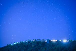 団地の住宅と満天の星の写真素材 [FYI01747997]