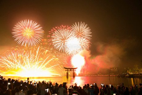 宮島の水中花火大会の写真素材 [FYI01748152]