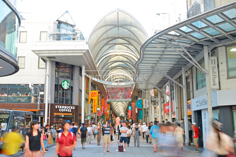 広島市本通商店街の街並みの写真素材 [FYI01748182]