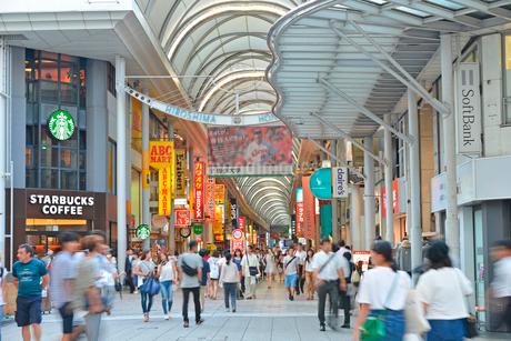 広島市本通商店街の街並みの写真素材 [FYI01748188]