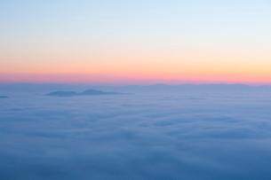 三次の霧の海の写真素材 [FYI01748236]