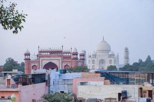 インド タージ・マハルとアグラの町並みの写真素材 [FYI01748968]