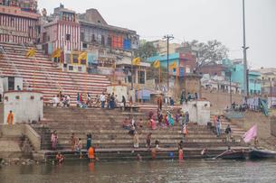 インド ガンジス川の沐浴の写真素材 [FYI01749164]