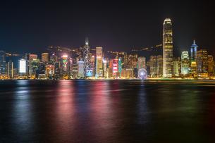 香港、ビクトリア湾の夜景の写真素材 [FYI01749195]
