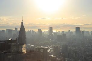 朝日に輝く新宿副都心の写真素材 [FYI01749440]
