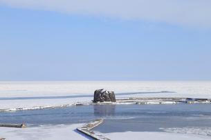氷結したオホーツク海と帽子岩の写真素材 [FYI01749507]