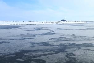 氷結した網走川と帽子岩の写真素材 [FYI01749551]
