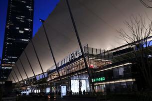 東京駅八重洲口グランルーフの夜景の写真素材 [FYI01749577]