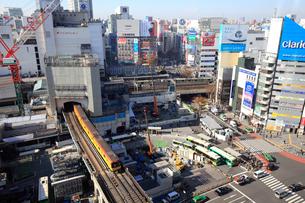 渋谷駅東口と東京メトロ銀座線の写真素材 [FYI01749620]