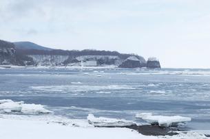 氷結したオホーツク海と二ツ岩の写真素材 [FYI01749722]