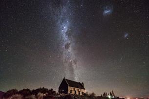 ニュージーランド、善き羊飼いの教会と天の川の写真素材 [FYI01749734]