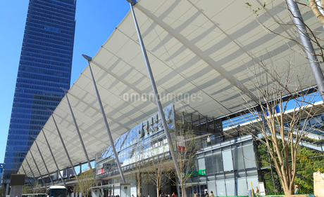 東京駅八重洲口とグランルーフの写真素材 [FYI01749736]