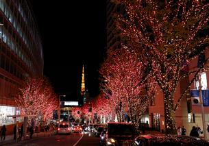 六本木けやき坂GALAXYイルミネーションと東京タワーの写真素材 [FYI01749793]