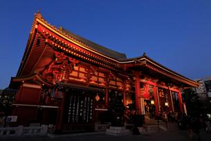 浅草寺本堂の夜景の写真素材 [FYI01749843]
