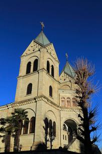 澄んだ冬の青空と松が峰教会の写真素材 [FYI01749934]