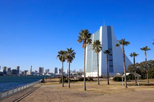 お台場 潮風公園と首都高速湾岸線換気塔の写真素材 [FYI01749970]