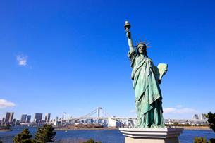 自由の女神像とレインボーブリッジの写真素材 [FYI01749987]
