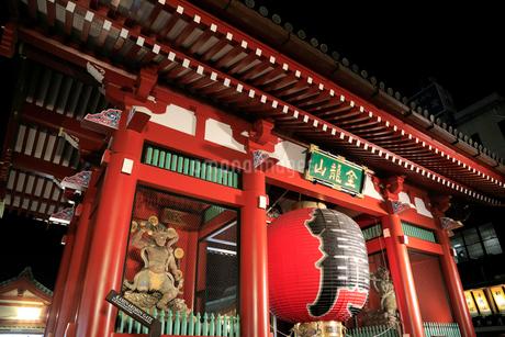 浅草寺雷門の夜景の写真素材 [FYI01750033]