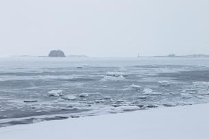 氷結したオホーツク海と帽子岩の写真素材 [FYI01750090]