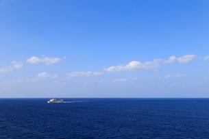 大海原を航行するフェリーの写真素材 [FYI01750137]