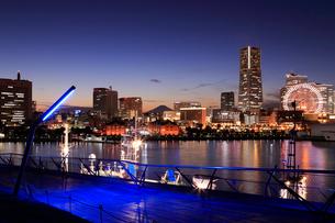 横浜みなとみらい21と富士山の夜景の写真素材 [FYI01750165]