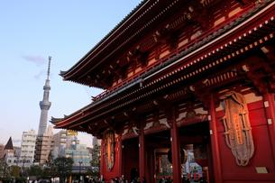 浅草寺と東京スカイツリーの写真素材 [FYI01750192]