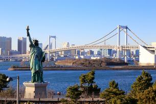 レインボーブリッジと自由の女神像の写真素材 [FYI01750219]