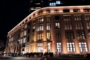 東京中央郵便局KITTEの夜景の写真素材 [FYI01750231]