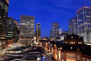 東京駅丸の内口の夜景の写真素材 [FYI01750320]