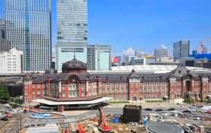 東京駅丸の内口前の風景の写真素材 [FYI01750370]
