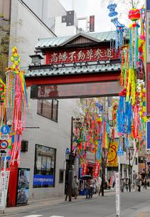 高幡不動尊 参道通り商店街の写真素材 [FYI01750549]