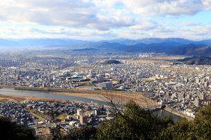 長良川と岐阜の町並みの写真素材 [FYI01750556]