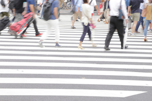 横断歩道を渡る人々の写真素材 [FYI01750565]
