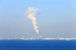 東京湾の工場地帯の写真素材 [FYI01750602]