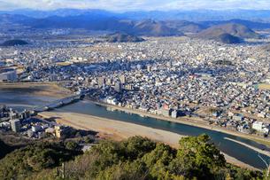 長良川と岐阜の町並みの写真素材 [FYI01750628]