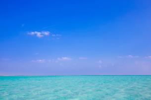 青い空とエメラルドグリーンの海の写真素材 [FYI01750658]