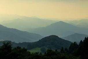 水墨画のような山並みの夕暮れの写真素材 [FYI01750813]