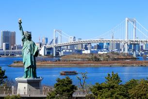 レインボーブリッジと自由の女神像の写真素材 [FYI01751172]