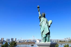 レインボーブリッジと自由の女神像の写真素材 [FYI01751207]