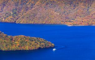 秋の中禅寺湖の写真素材 [FYI01751211]