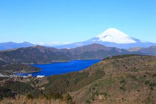 大観山から眺める富士山と芦ノ湖の写真素材 [FYI01751217]